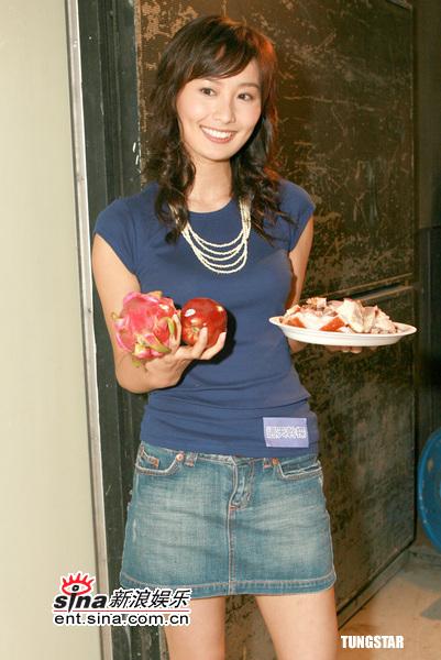 图文:《通天干探》开厂仪式--陈法拉拿出水果