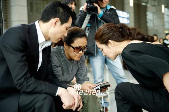 组图:李政宰崔智友拍摄新剧海报机场冒险登顶