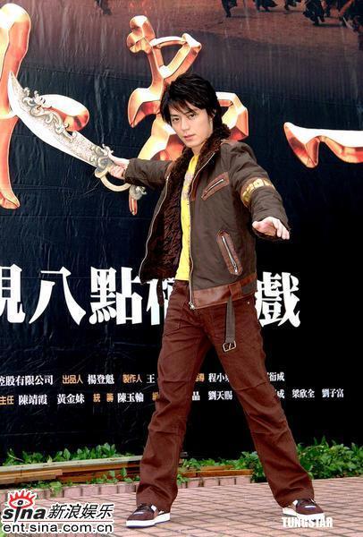 组图:霍建华为宣传《天下第一》高空耍大刀