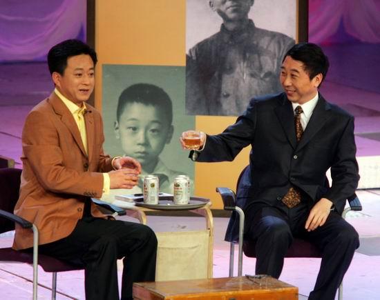 图文:春晚首次录备播带-冯巩朱军《笑谈人生》