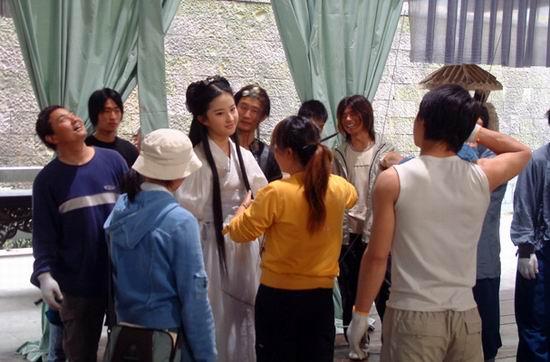 《神雕》片场:刘亦菲在重阳宫空中飞剑(组图)