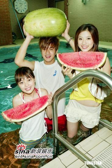 组图:蜜雪薇琪和JR泳池吃西瓜庆祝新剧收视佳