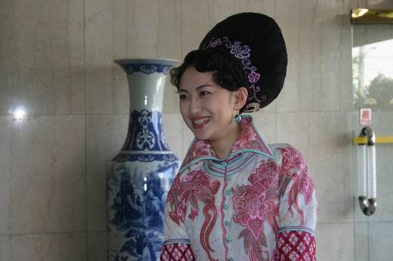 图文:《阴阳关、阴阳梦》剧组成员酒店等车(2)