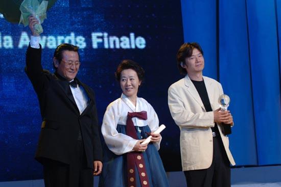 图文:上海电视节闭幕--最佳电视剧获奖者致意