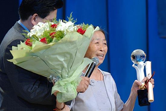 图文:上海电视节闭幕--最佳女演员张少华致意