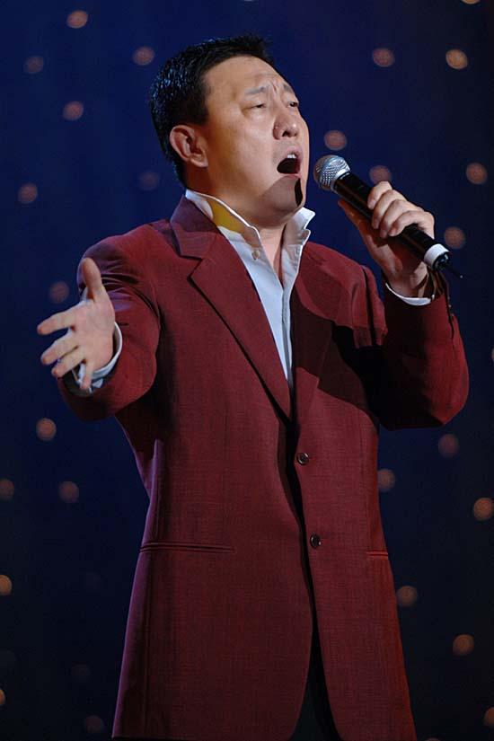 图文:上海电视节闭幕--韩磊演唱