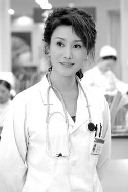 王茜戏外是半个大夫拍《无限生机》以假乱真
