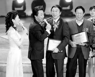 """央视元宵晚会昨颁奖朱军冯巩""""相声剧""""惹争议"""