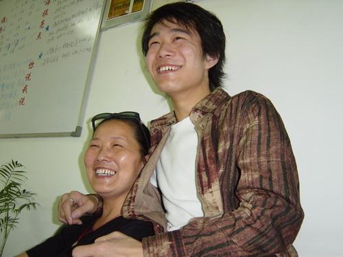 武汉报名见闻:英武好男儿与妈妈母子情深
