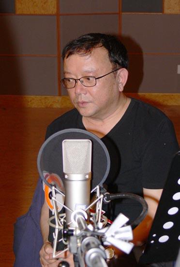 """王刚""""手舞足蹈""""为广播剧《亮剑》做旁白配音"""
