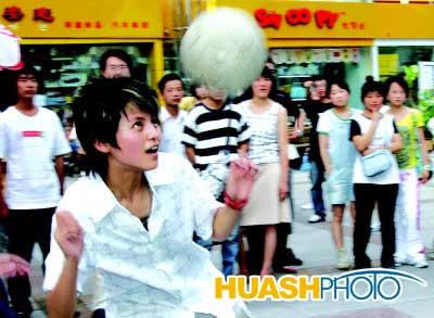 《梦想中国》选手利用世界杯秀球技拉票(附图)