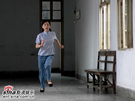 """蝙蝠侠吓坏""""艾美影后""""何琳片场惨遭偷袭(图)"""