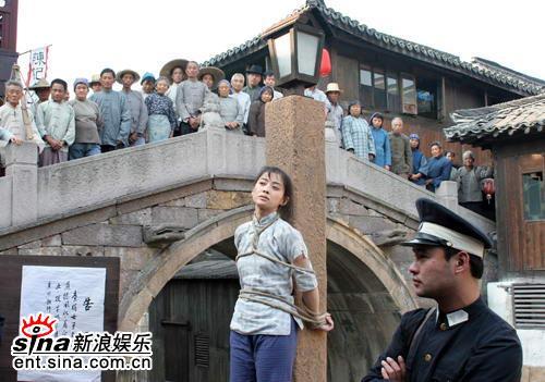 梅婷《舞台》被绑桥头示众引来游客围观抗议