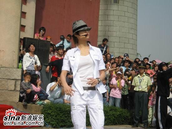 李宇春现身男声学院为快乐男声加油助威(图)
