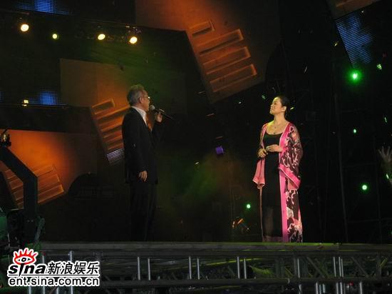 毛阿敏上海亮相惊艳全场群星耀东方压轴演唱