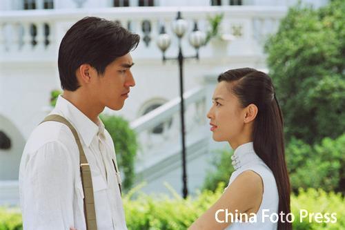 组图:黄圣依上海拍《金色年华》清纯无暇亮相