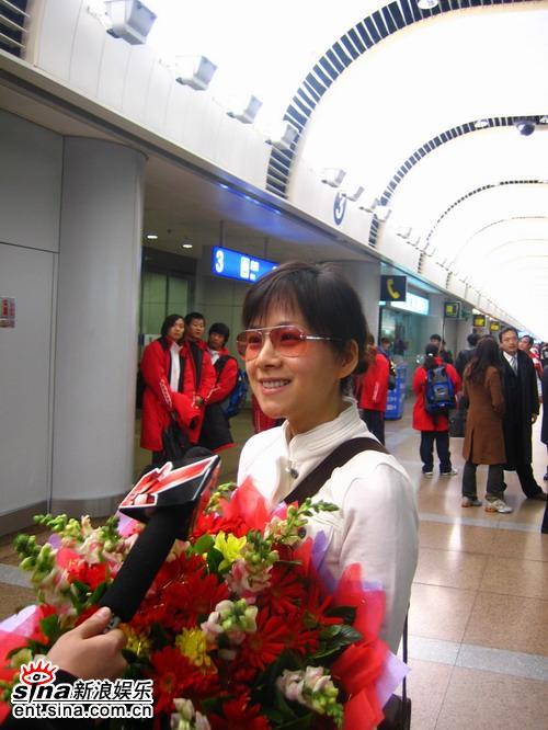 组图:本届国际艾美奖最佳女主角何琳顺利返京