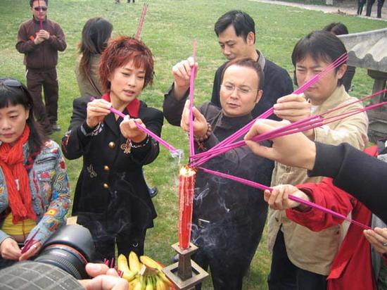 《日月凌空》秘密开机刘晓庆祭奠武则天(组图)