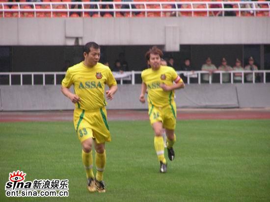 组图:香港明星足球队VS陕西女子足球队友谊赛