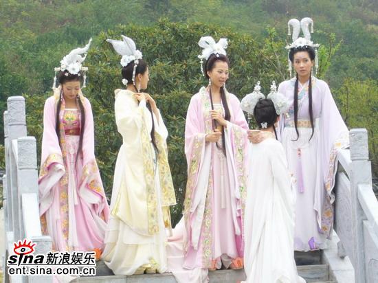 组图:胡可扮仙女踩到王母娘娘拍戏不忘搞笑