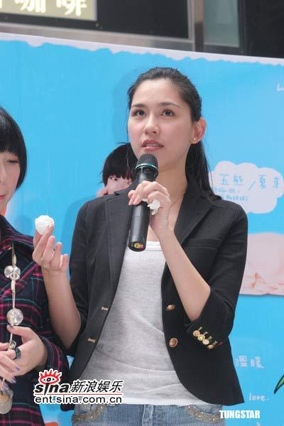 组图:郑元畅提灯笼搓汤圆为《热情仲夏》宣传