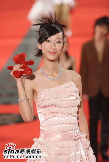 图文:美女林涵出场粉红色低胸礼服性感迷人