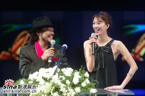 图文:林志玲搭档张菲两人在主持台上谈笑风生