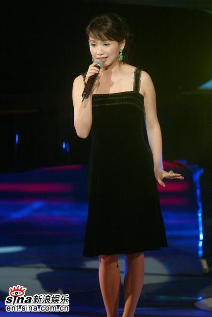 图文:现场表演--蔡幸娟演唱《美好时光》