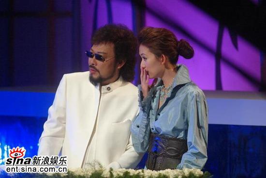 图文:林志玲和张菲低声交流两人主持搭档默契