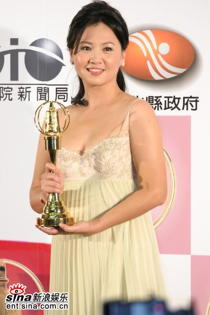 图文:王�K获得最佳女主角在后台展示奖杯
