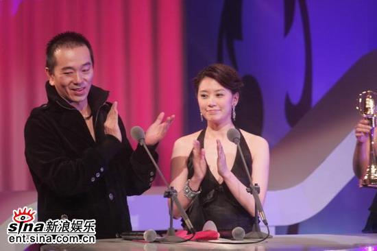 图文:张晨光贾静雯颁奖张晨光台上宣称要自由