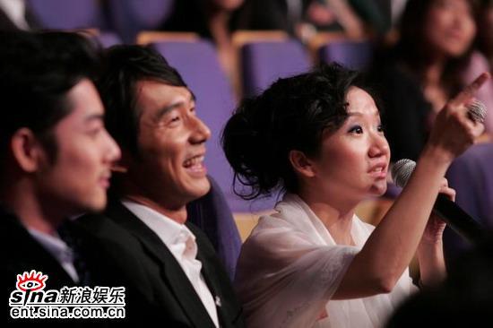图文:陶晶莹李李仁情侣档甜蜜坐在台下观礼