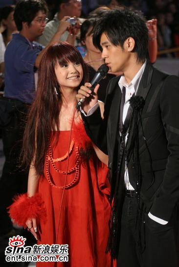 图文:金钟奖颁奖典礼红地毯--罗志祥与杨丞琳