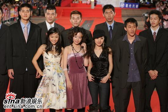 图文:八大电视团队走红地毯现场气氛热烈