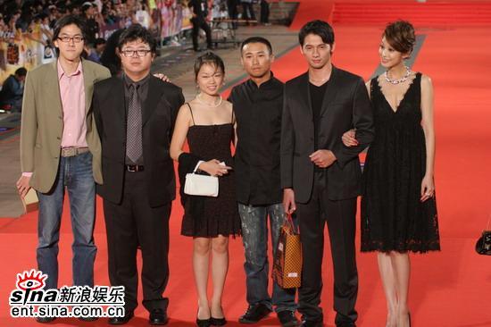 图文:金钟奖颁奖典礼红地毯嘉宾盛装出席