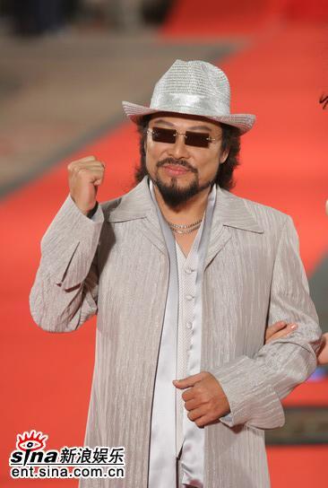 图文:金钟奖颁奖典礼红地毯主持人张菲大哥