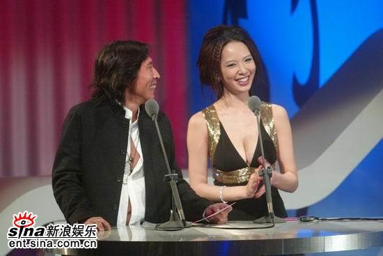 图文:金钟奖颁奖典礼天心钮丞泽上台颁奖