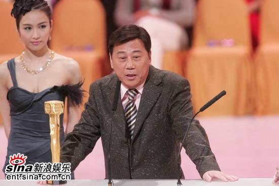 图文:夏雨获得最佳男配角奖高举奖杯感慨万千