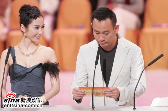图文:林保怡和黎姿做颁奖嘉宾宣布获奖名单