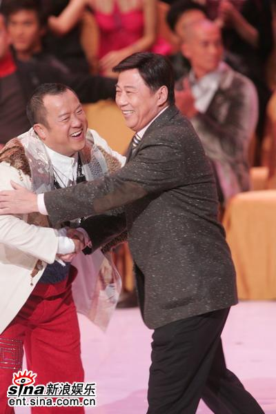 图文:夏雨获得最佳男配角奖曾志伟送上祝福