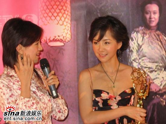 图文:何琳艾美奖载誉归来--喜谈大奖