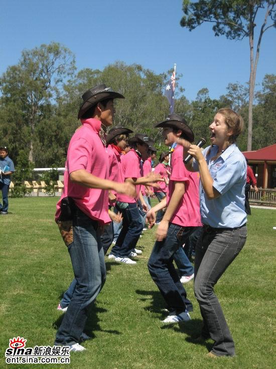 图文:青春之星农庄之旅--选手们在跳当地舞蹈