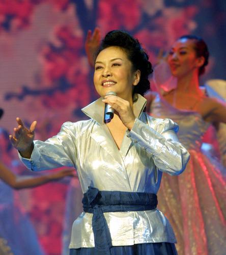 图文:央视春晚彩排--著名歌唱家彭丽媛演唱