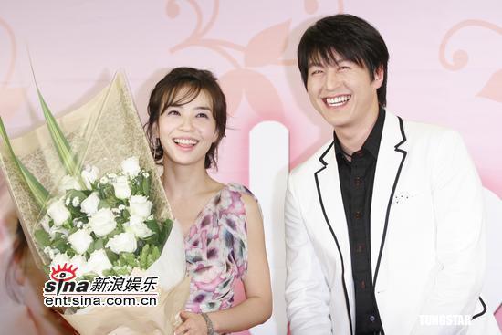 图文:《18岁,29岁》宣传--朴宣英手捧鲜花