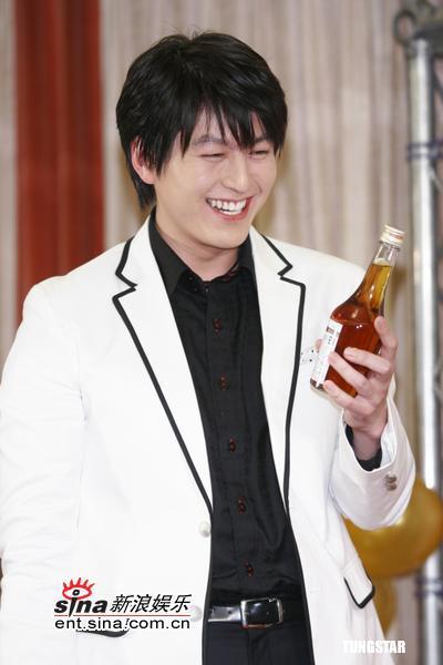 图文:《18岁,29岁》宣传--柳秀永接受礼物