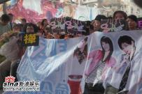 组图:SHE宣传《真命天女》大雨难阻粉丝热情