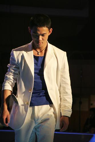 图文:好男儿杭州五强决出-黄俊渊离开舞台