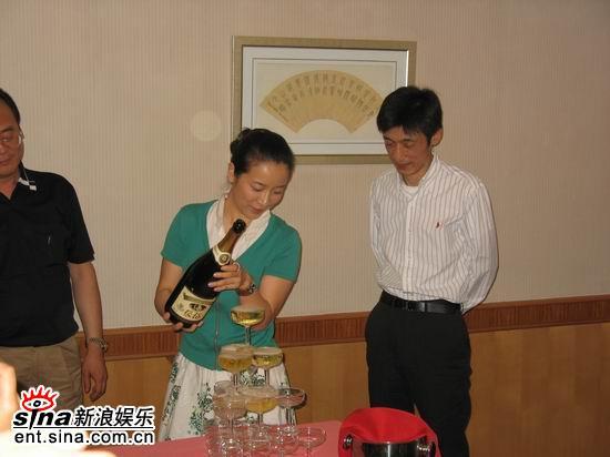 图文:《半路夫妻》安徽首播会--陈小艺开启香槟