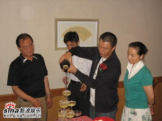 图文:《半路夫妻》安徽首播会--孙红雷倒香槟