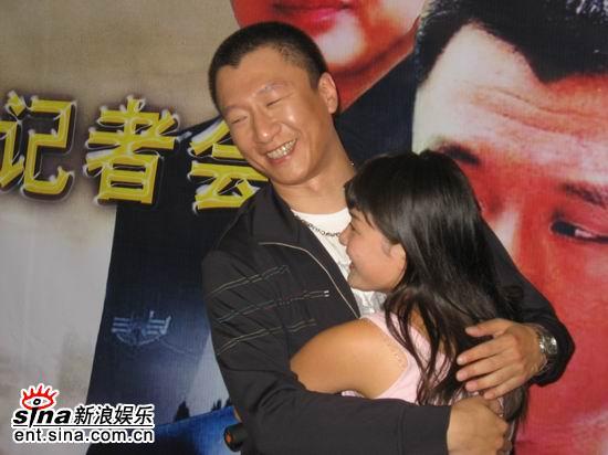 图文:《半路夫妻》安徽首播会--孙红雷与影迷拥抱